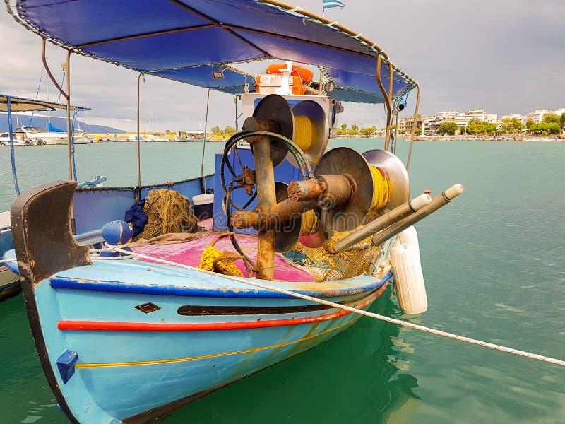 Gammal retro fiskebåt på en port med härliga färger arkivfoton