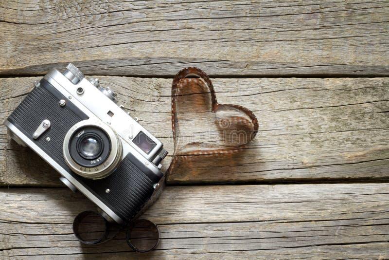 Gammal retro kamera med begrepp för hjärtaförälskelsefotografi royaltyfri bild