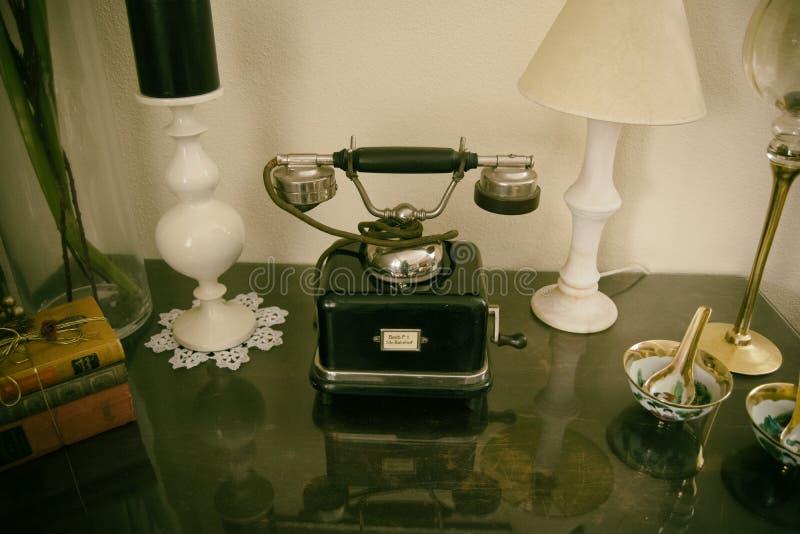 Gammal retro klassisk telefon på tabellen royaltyfri fotografi