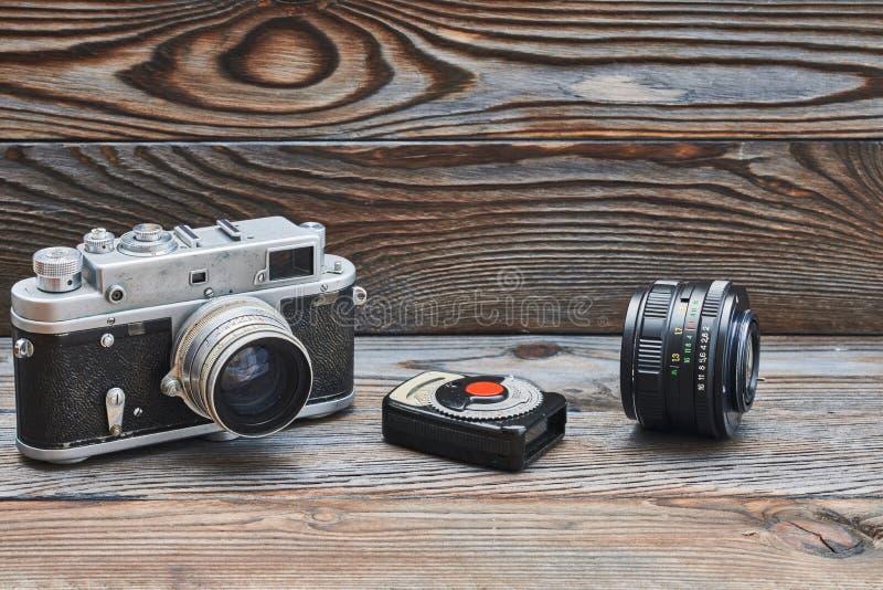 Gammal retro 35mm rangefinderkamera för tappning och ljus meter royaltyfri bild