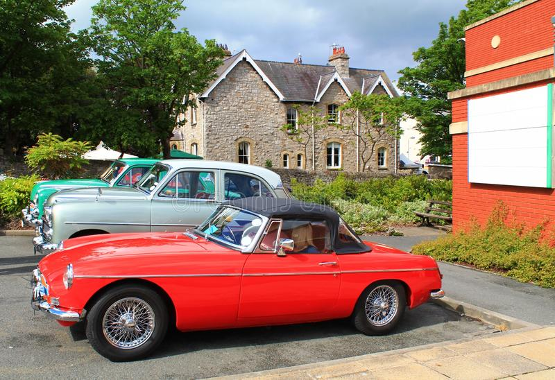 Gammal retro nostalgisk röd sportbil royaltyfri fotografi