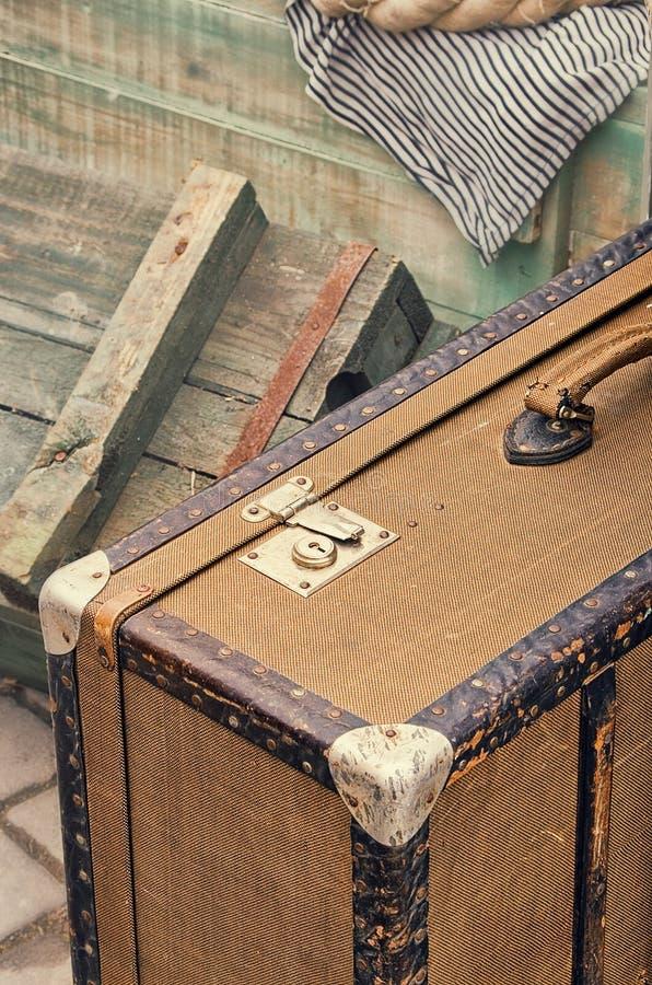 Gammal retro objektantikvitet av bagagevaliseresväskor, träaskar arkivfoton