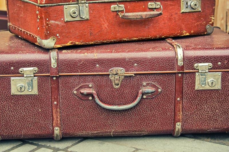 Gammal retro objektantikvitet mycket bagagevaliseresväskor royaltyfri bild