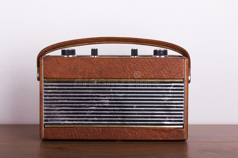 Gammal retro stilradio på en träyttersida arkivfoton