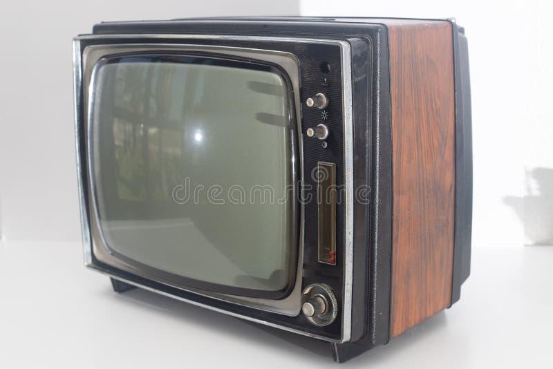 Gammal retro tv som isoleras i en vit bakgrund arkivbilder