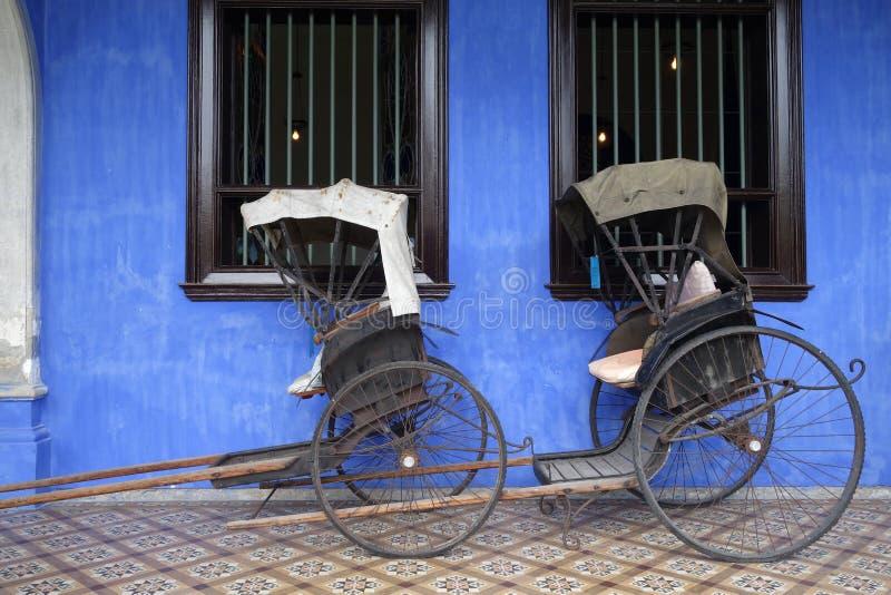 Gammal rickshawtrehjuling nära Fatt Tze Mansion eller blå herrgård arkivfoton
