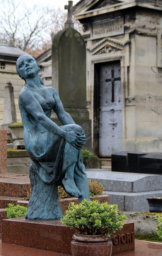 Gammal riden ut staty som står near gravar av historiska Pere Lachaise Cemetery, Paris, Frankrike, 2016 royaltyfria foton