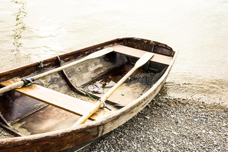 Gammal roddbåt royaltyfri fotografi