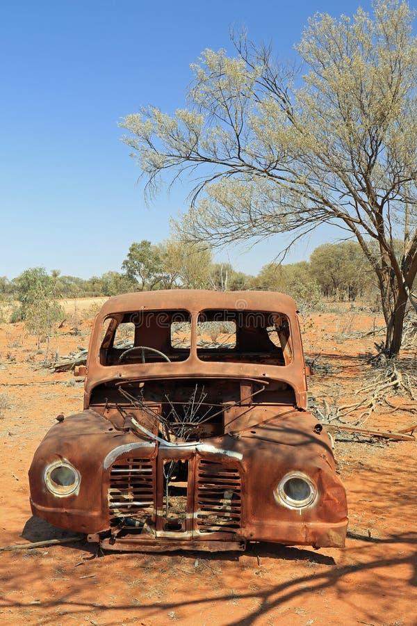 Gammal rostad bil i den australiska vildmarken arkivfoton