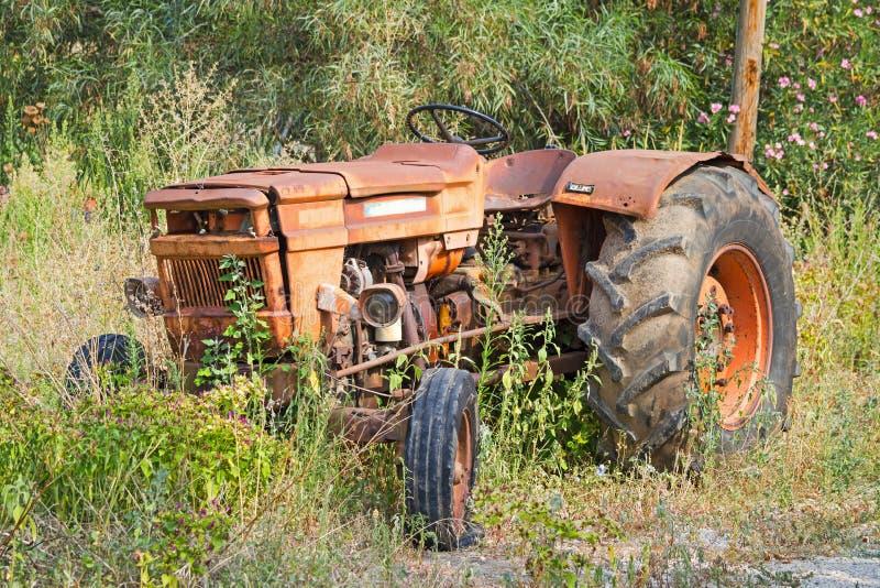 gammal rostad traktor royaltyfri fotografi