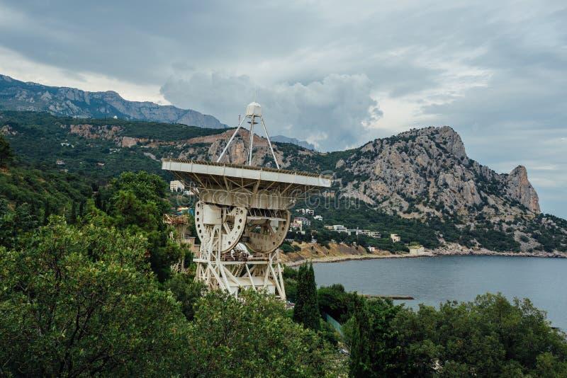 Gammal rostig övergiven satellit- maträtt för radioteleskop på den Black Sea kusten, Katsiveli, Krim royaltyfri foto