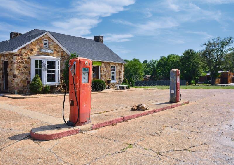Gammal rostig amerikansk bensinstation arkivfoto