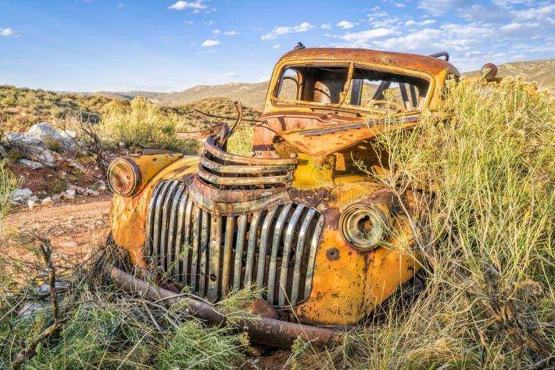Gammal rostig bogseralastbil på Colorado utlöpare royaltyfria bilder