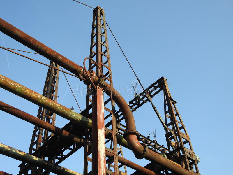 Gammal rostig bro för olje- rör royaltyfri fotografi