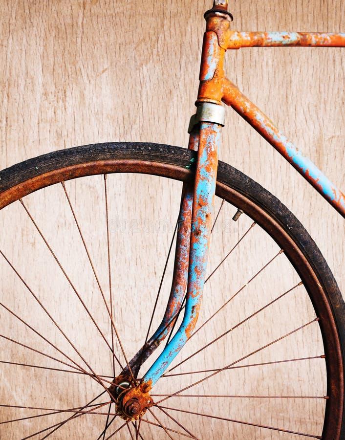 Gammal rostig cykel royaltyfri foto