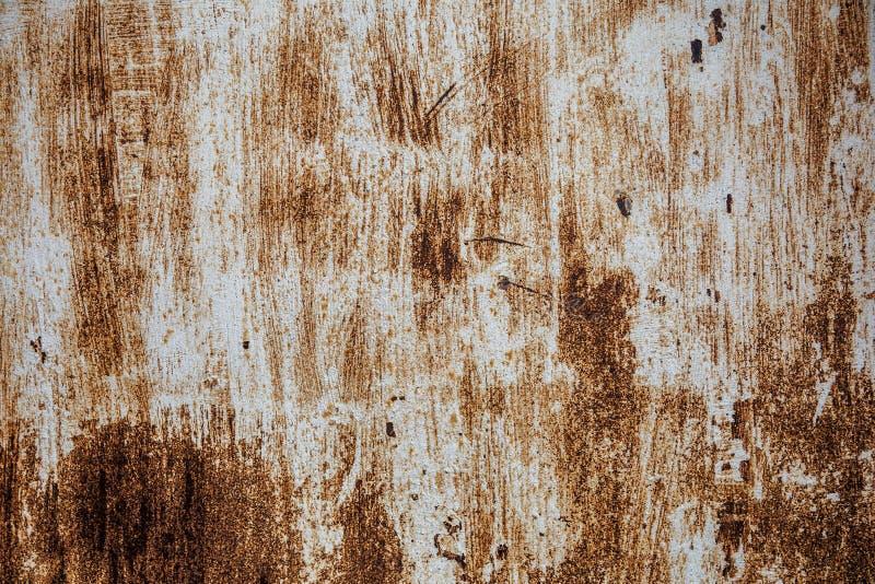 Gammal rostig järntextur, skrapad målarfärg på metallisk yttersida, grungeark av grov metall arkivfoton