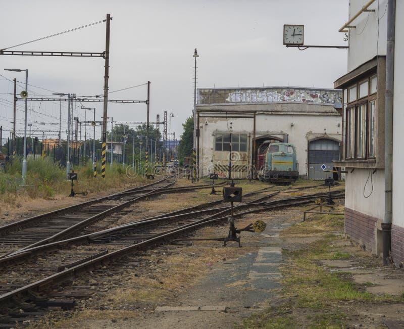 Gammal rostig järnvägsstation med drevbussgaraget och railtracks royaltyfri bild