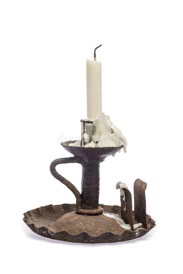 Gammal rostig ljusstake med den sabla stearinljuset arkivfoton