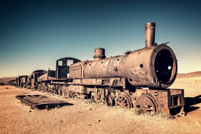Gammal rostig lokomotiv som överges i drevkyrkogården av Uyuni Bolivia royaltyfria foton