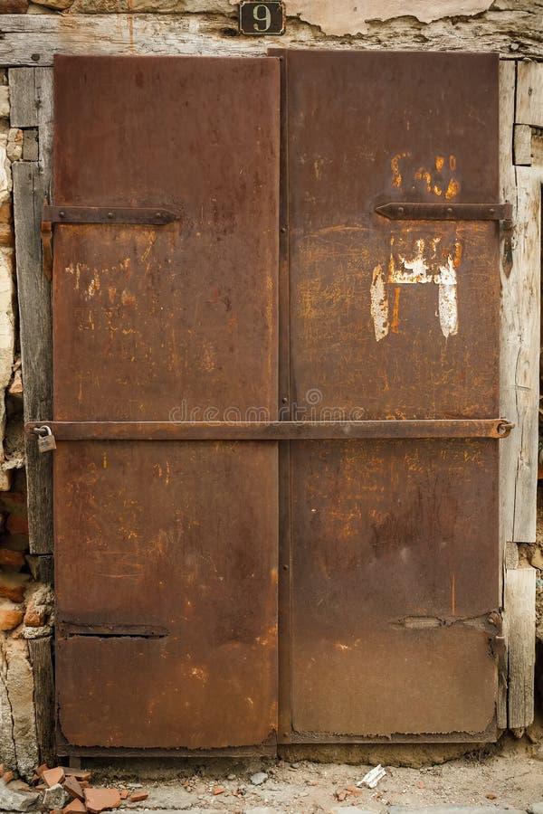 Gammal rostig metalldörr arkivbild