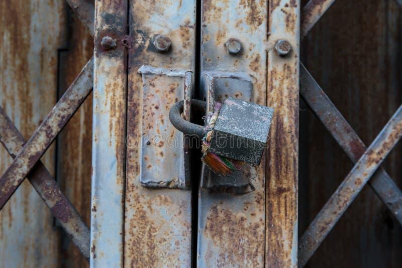 Gammal rostig nyckel- järnmetalldörr royaltyfri fotografi
