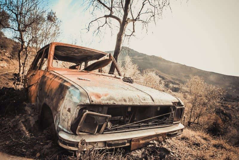Gammal rostig och förstörd bil arkivbild