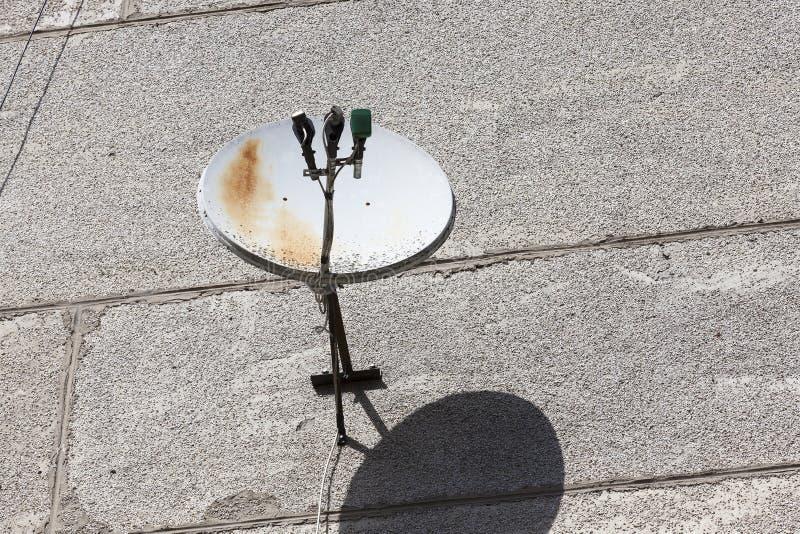 Gammal rostig satellit- maträtt fotografering för bildbyråer