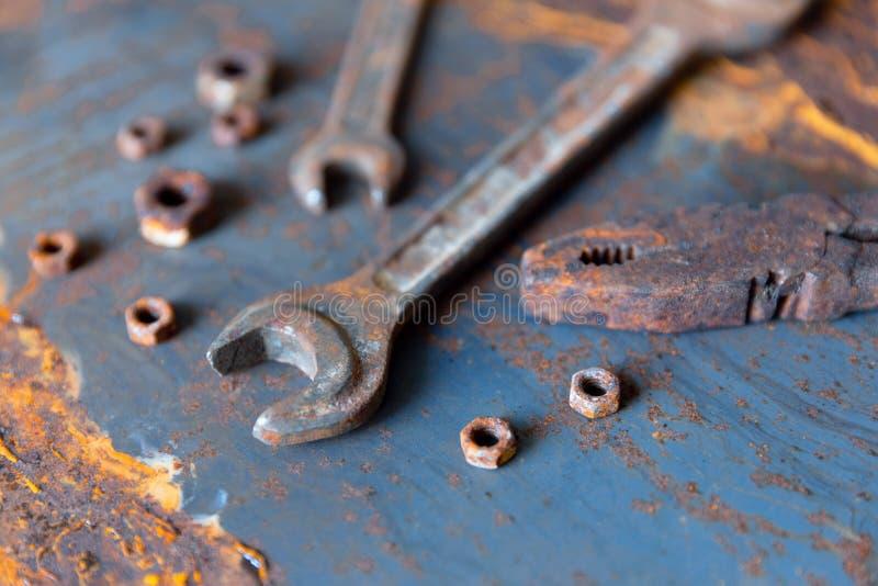 Gammal rostig skiftnyckel ?ver slagen grov stil f?r metalltabell Rycker h?ftigt den b?sta sikten f?r konstruktion som ?r industri arkivbild