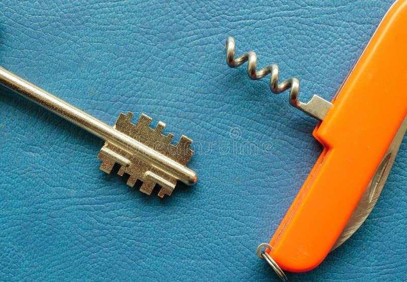 Gammal rostig tangent och pennkniv med en korkskruv för öppnande flaskor arkivbild