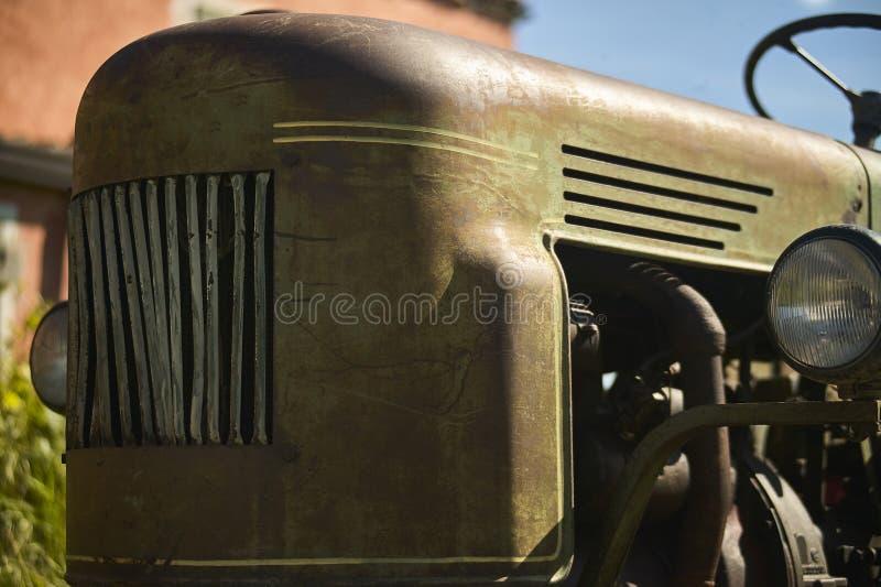 gammal rostig traktor arkivfoto