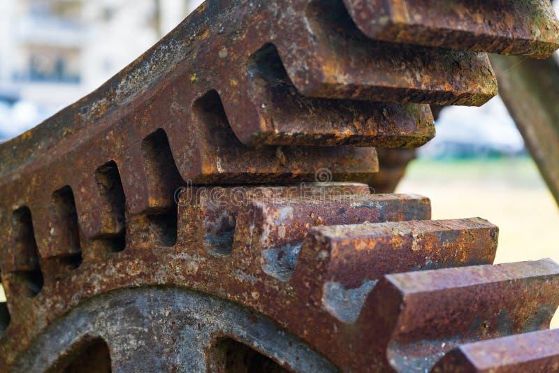 Gammal rostig vattenhjul Detalj av kugghjulen royaltyfria foton