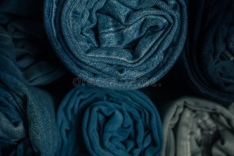 Gammal rullande jeans arkivbilder