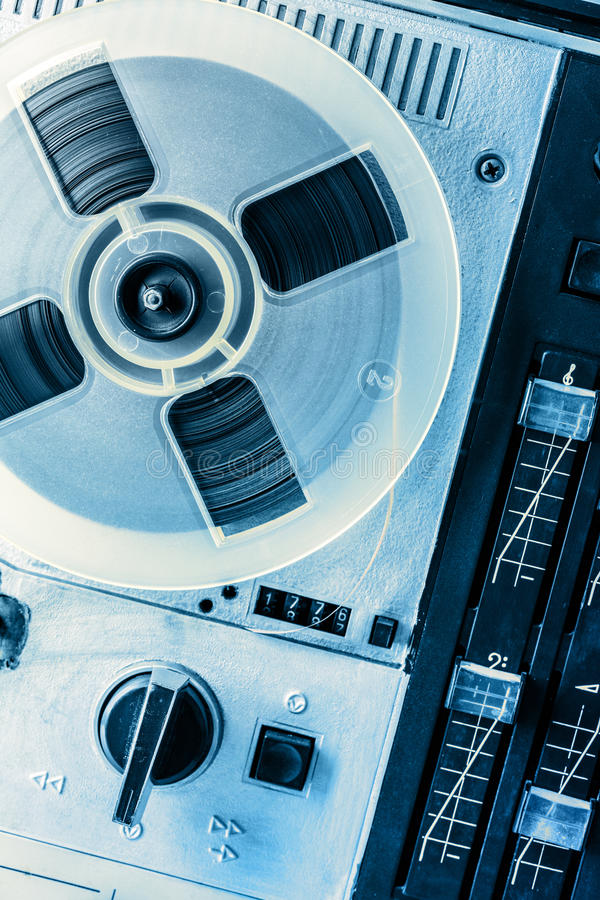 Gammal rullbandspelare i toning arkivfoto