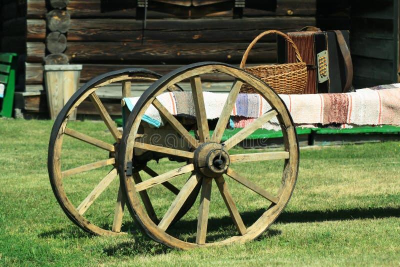 Gammal rysk vagn med dragspelet och korgen arkivfoto