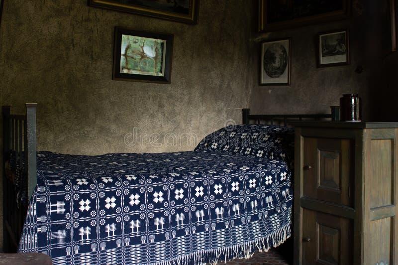 Gammal säng i sovrum arkivfoto