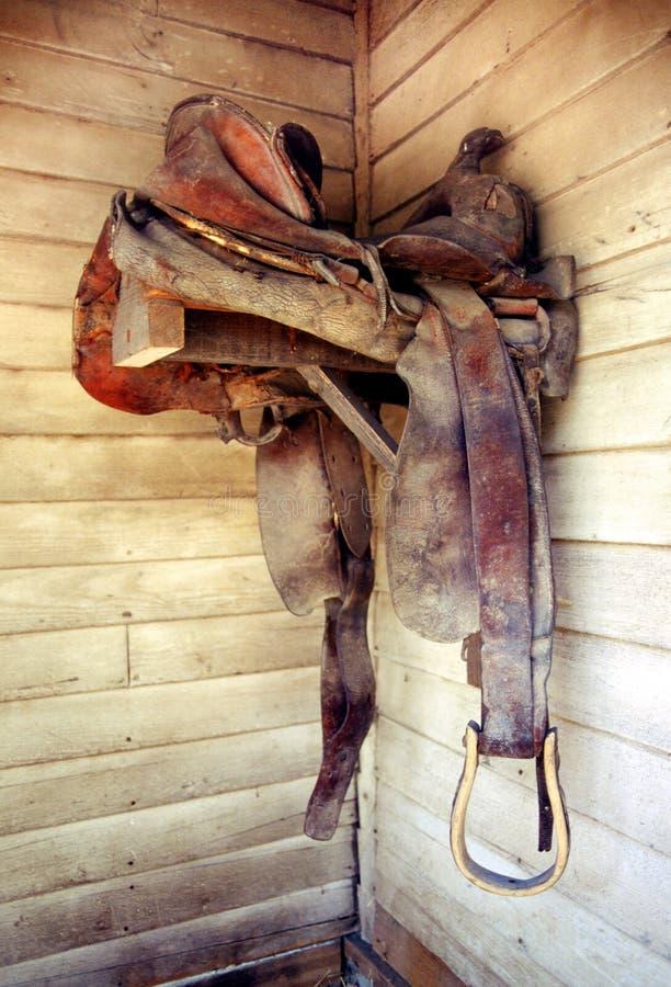 Gammal sadel för Cowtown läderhäst arkivbilder