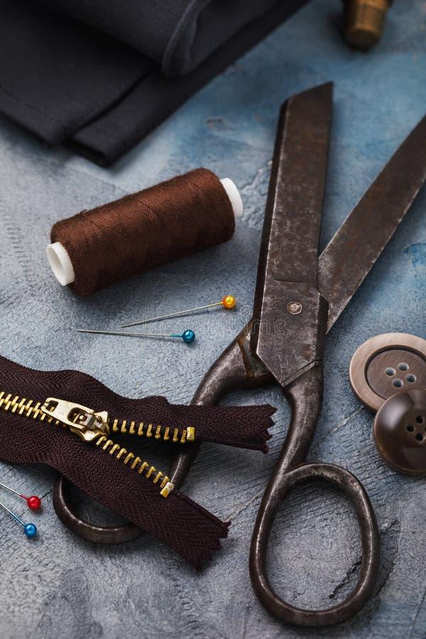 Gammal sax, blixtlås för kläder och andra hjälpmedel för att sy och mindre reparationer arkivbild