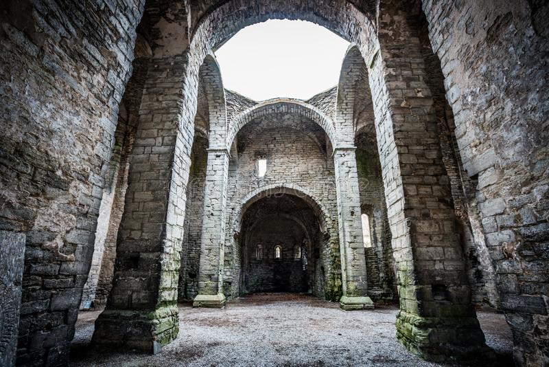 Gammal scandinavian övergiven forntida slott med materiella väggar för hög sten royaltyfri fotografi
