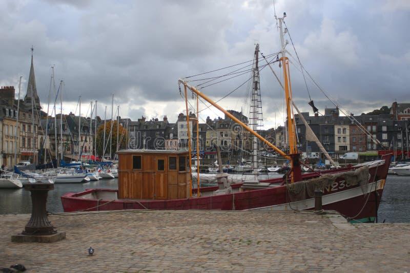 Gammal segla barkass på en pir som omges av historiska byggnader royaltyfri foto