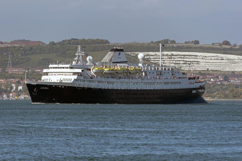 Gammal segling för millivolt Astoria för kryssningskepp ut ur Portsmouth England UK arkivbild