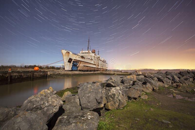 Gammal ship med stjärnaslingor royaltyfria bilder