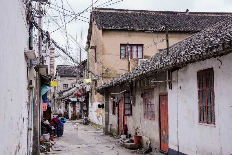 Gammal sidogata i en forntida stad i Shangahi royaltyfria bilder