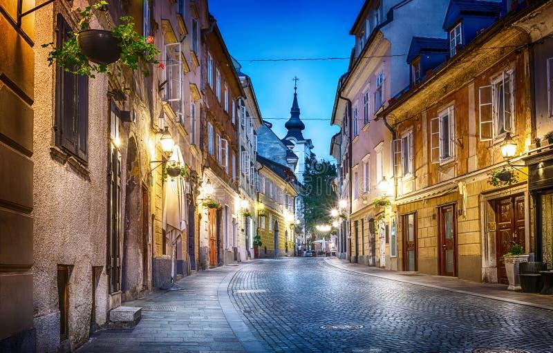 Gammal sikt för Ljubljana cityscape lappad gataafton Ljubljana c royaltyfri foto