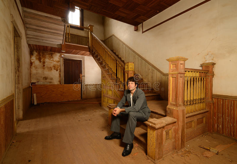 gammal sittande trappa för husman royaltyfria bilder