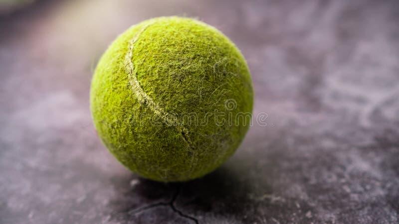 Gammal sjaskig och dammig gr?n tennisboll royaltyfria bilder