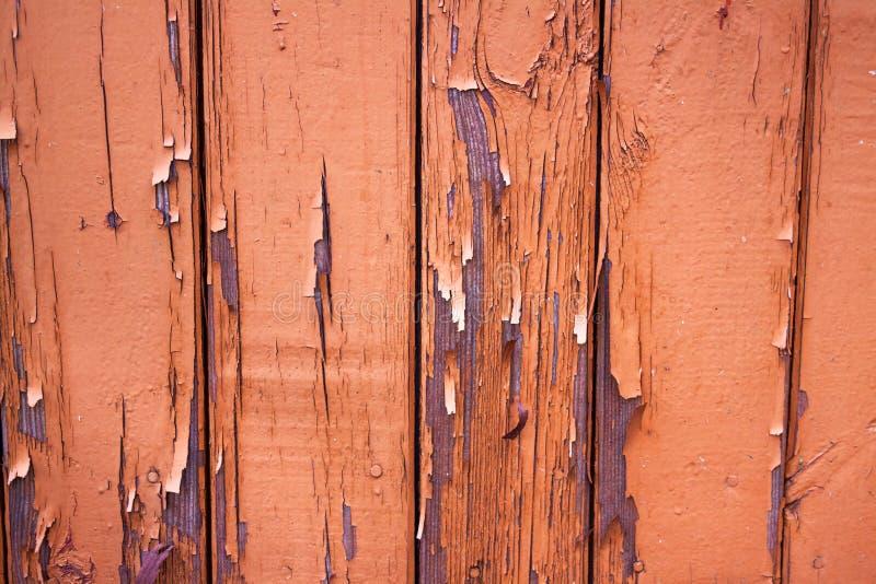Gammal sjaskig vägg, gammal skalande målarfärg på brädena fotografering för bildbyråer
