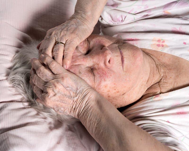 gammal sjuk kvinna royaltyfri foto