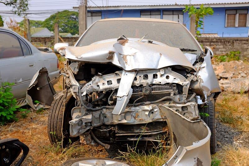 Gammal skadad bilkrasch arkivbilder
