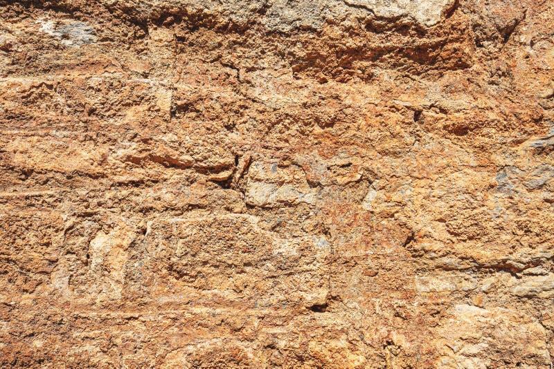 Gammal skadad stenvägg royaltyfri bild