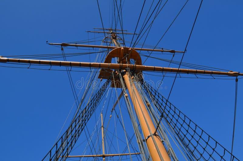 Gammal skeppmast och riggning. arkivfoton